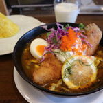 spice&cafe SidMid - 【期間限定】燻製サーモンフライのスープカリー&ラッシー