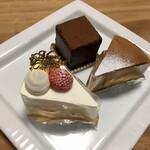 143421057 - 手前がショートケーキ                        奥が石畳チョコレートケーキとキャラメルチーズケーキ                       2020.12