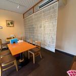 ステッラ - 店舗内部 テーブル8席とカウンターの小ぢんまりとした店舗。