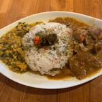 ステッラ - 本日のあいがけカレーは、 猪肉煮込みカレーと ほうれん草チキンキーマカレー ご飯は雑穀米。