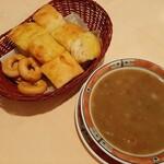 143429788 - ホクホクのレンズ豆やじゃが芋、玉ねぎがじっくり煮込まれたナチュラルな味わいの野菜スープ、かごたっぷりの自家製フォカッチャと相性抜群