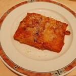 143429789 - 日本サイズなら2人前相当?のボリューミーなラザーニャ、表面には香ばしいパルミジャーノチーズがたっぷり