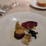 143430413 - 馬肉のタルタルと目玉焼き、肉寿司