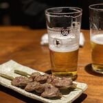 143446618 - ミッドランドスクエアの中の焼き鳥屋さん。                       まずは、ビールで乾杯!