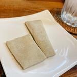 手打そば処 弐八矢 - 蕎麦が来る前に提供された、蕎麦の生地を焼いたもの