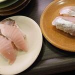 亀正くるくる寿司 - 佐伯産の島あじ400円とさわら130円 。