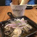 創作酒場 三頭心 - カキアヒージョ ガーリック(トーストパン付き) 1180円