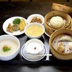 飲茶居 天胡同 - 飲茶ランチ1200円。プラス150円で、広東粥を中華ちまきに変更できます。