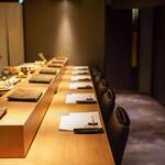 恵比寿 鮨 栞庵 やましろ - 落ち着いた雰囲気のカウンター