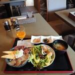 """ミトラタカセ - 日替わりランチの""""鮪と鮃の海鮮丼と鯖の竜田揚げ""""、1,000円。"""