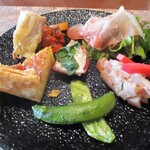 ヴィーニ デル ボッテゴン - 季節の前菜盛り合わせ:・イタリア産生ハム。 ・アオリイカのバジルソースにスナップエンドウ。 ・トマトにチーズのタルタル。 ・鶏もも肉の炭火焼き。 ・キッシュ。 ・鮮魚のマリネと赤かぶのピクルス。     2020.12.26