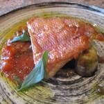ヴィーニ デル ボッテゴン - 金目鯛のトマトソース:お肉のアレルギーの家内に提供して頂きました。 皮がパリパリに焼かれて、身がふっくら! トマトソースで、下には茄子が・・・、とっても美味しいですネ!     2020.12.26