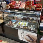 浪芳庵 - お店のショーケース(こちらは冷蔵コーナーですね)