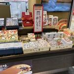 浪芳庵 - お店の陳列台(こちらは常温コーナーですね)