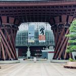 143497351 - ☆JR金沢駅 (鼓門・もてなしドーム)。金沢駅はアメリカの旅行雑誌『トラベル&レジャー』web版にて「世界で最も美しい駅」の一つに選ばれた。