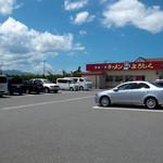 麺道一筋 ラーメン よろしく - 駐車場はとても広くて停めやすいのも人気の秘訣でしょうか。