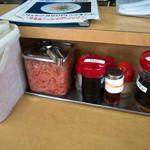 麺道一筋 ラーメン よろしく - 卓上の様子。ゴマが凄い量・・・。