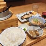 五穀 - 料理写真:ヒラスの粕漬け定食と、名物手作りわらび餅