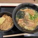 うまかラーメン - 醤油らーめん 鶏御飯 ( ´θ`) 麺増量 胡椒 ガーリック