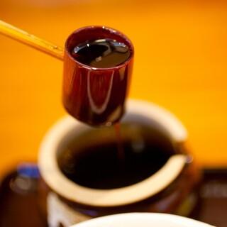 黒砂糖で飽きさせない「琥珀だれ」&刺激的な「スパイシーだれ」