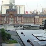 鉄板焼 天 本丸 - 窓いっぱいに東京駅駅舎が望めるBOX席は、4つのみ。