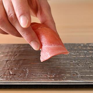 """下町の名店""""寛八""""で修行を積んだ、板長渾身のお寿司をどうぞ。"""