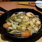 ワイン食堂 ホオバール - 海老とマッシュルームのアヒージョ(1045円)