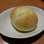 ワイン食堂 ホオバール - パン(220円)
