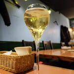 ワイン食堂 ホオバール - スパークリングワイン(880円)