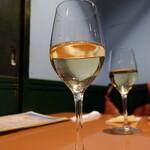 ワイン食堂 ホオバール - 白ワイン(880円)