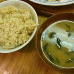 自然派レストラン おばんざい - 玄米ご飯とお味噌汁