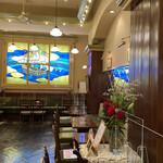 143567628 - 内観。                       あの文明堂のカステラ売ってる売店の奥にはこんなカフェがあるのです。                       堂々とヨコハマです。