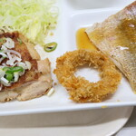 六ツ美食堂 - 鶏肉のソテー・イカリング・鯛の酢あんかけ