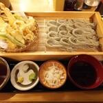 Sobadokoro maruhachi - へぎ天ざる  (税込み 1.600円)             右がそばつゆで左が天つゆ。薬味の他に補充用のそばつゆ (右側) やそば湯 (左上) も一緒に出してくれる。