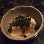 酒、主、手、周平 - 選べる付出しの豆腐、味噌が載ってます