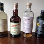バー粋七 - レアなウィスキーも充実。リニューアルされた竹鶴ピュアモルトや、ハイランドの銘酒グレンファークラス21年は特におすすめ。また塩気と甘さがたまらないアランのシェリーカスクや、ヘビーなピート香がインパクト大なポートシャーロット10年など、マニアックな逸品も。どうぞ色々お試し下さい。
