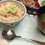 篝火の湯 緑水亭 - 炊き込みご飯 仙台味噌のお味噌汁