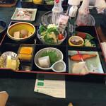 篝火の湯 緑水亭 - 朝食 御膳弁当 秋保米、お粥。しじみの味噌汁。海老汁。