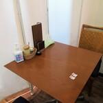 麺SAMURAI 桃太郎 - 仕切られたテーブル席