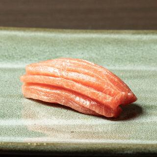 厳選したネタとこだわりのしゃりが織り成す、極上の寿司―。