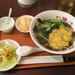 燕 東京茶楼 - 雲吞麵(サラダ、ミニチャーハン、デザート付き/900円)