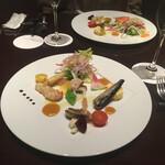 カメリア - - 海の幸(海老・烏賊・蛸・オイルサーディン・白魚)とこだわり野菜のサラダ