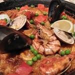 カサ・デ・フジモリ - パエージャ・バレンシアナ・ミックスタは、魚介類と鶏肉がたっぷり入っています。