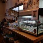 290種類のオムライス 洋食屋バンフィール - お洒落な店内