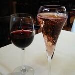 ラ・ムジカ - 赤ワイン730円とノンアルコールスパークリングロゼ820円