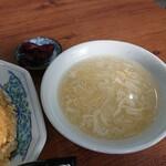 永楽 - 熱々の中華玉子スープも美味しい。箸休めも嬉しい。