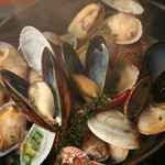 ビストロ ウシベンケイ - アサリとムール貝のワイン煮