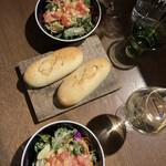 143678483 - サラダとパン