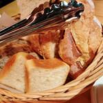 143682621 - 海老とアボカドのディップとスモークサーモンクリームチーズサラダ(1650円)の5種パン