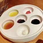 143682625 - 海老とアボカドのディップとスモークサーモンクリームチーズサラダ(1650円)の6種ディップ
